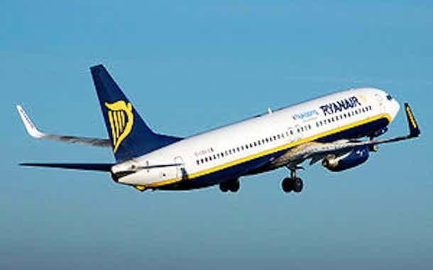 avión Ryanair despegando