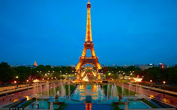 Torre Eiffel iluminada al anochecer