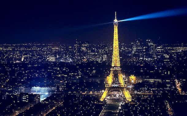 torre eiffel de noche iluminada paris